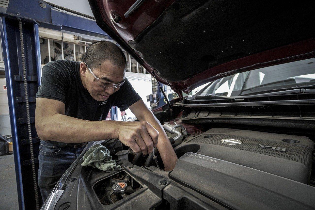 Arbeiter kontrolliert Ölstand
