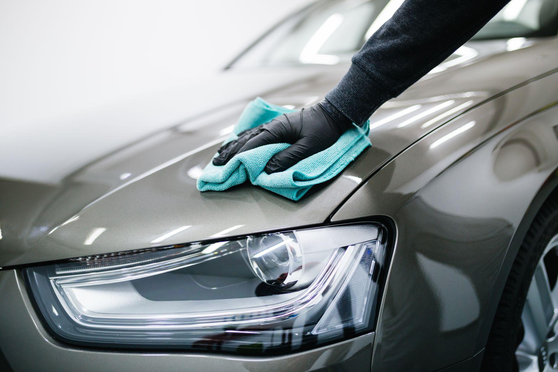 Fahrzeugpflege bei Pneu Schaller - Putzen - shutterstock_571427833